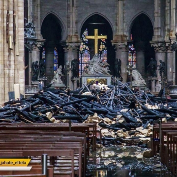 تصویری از داخل کلیسای جامع نوتردام در پاریس پس از آتش سوزی گسترده دوشنبه شب
