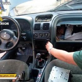 پلیس اسپانیا در حال بیرون کشیدن یک پناهجوی آفریقایی که داخل خودرویی جاسازی شده است