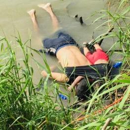 تصویر پدر و دختر ۲ ساله پناهنده از اِل سالوادور که در عبور از رودخانه مرز مکزیک و آمریکا غرق شدند.