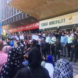 تجمع اعتراضی در مقابل شهرداری تهران به خاطر سگ کشی