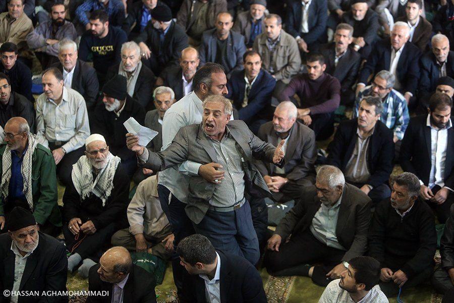 تصویر: اخراج یک معترض از نمازجمعه تهران