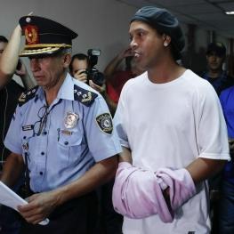 رونالدینیو بعد از یک ماه حبس با قید وثیقه آزاد شد