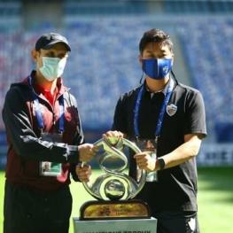 عکس یادگاری گلمحمدی و سرمربی اولسان با جام قهرمانی آسیا