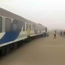 طوفان شن، یک قطار را از ریل خارج کرد