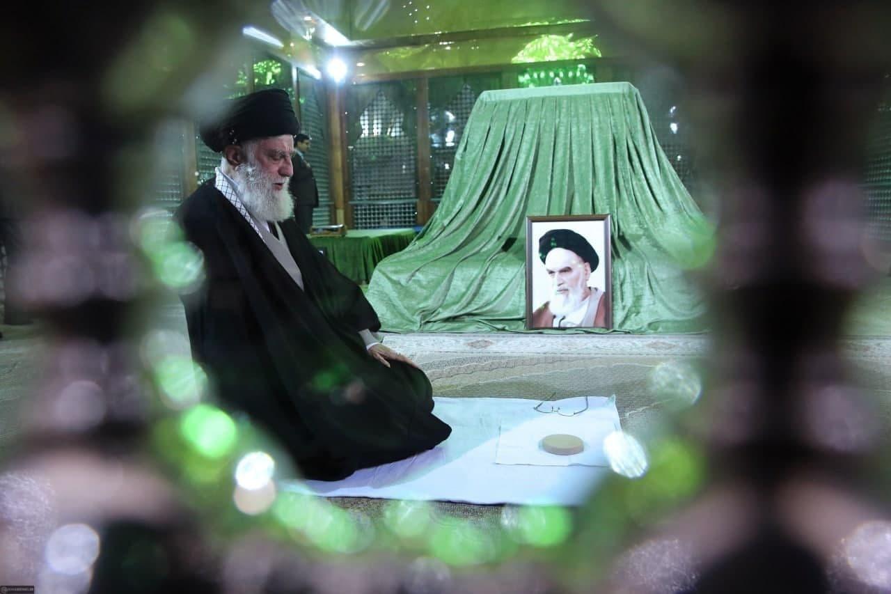 حضور رهبر انقلاب در مرقد مطهر امام
