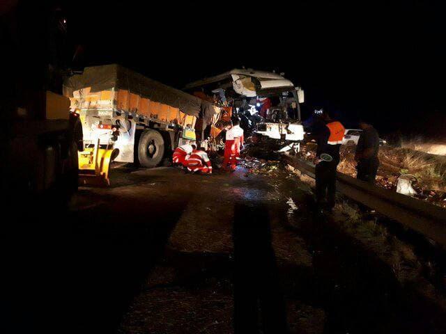 یک کشته و ٢٩ مصدوم در تصادف اتوبوس و کامیون در جاده سرچم