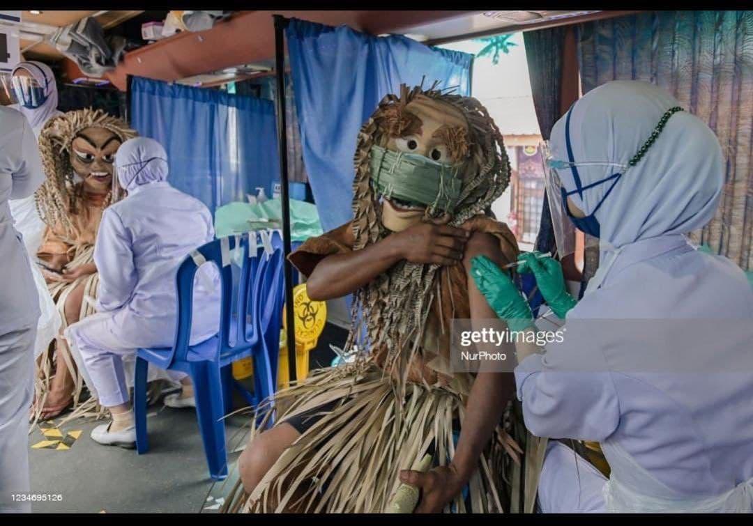 تصاویری از تزریق واکسن کرونا به افراد قبیلهی ماهمِری مالزی