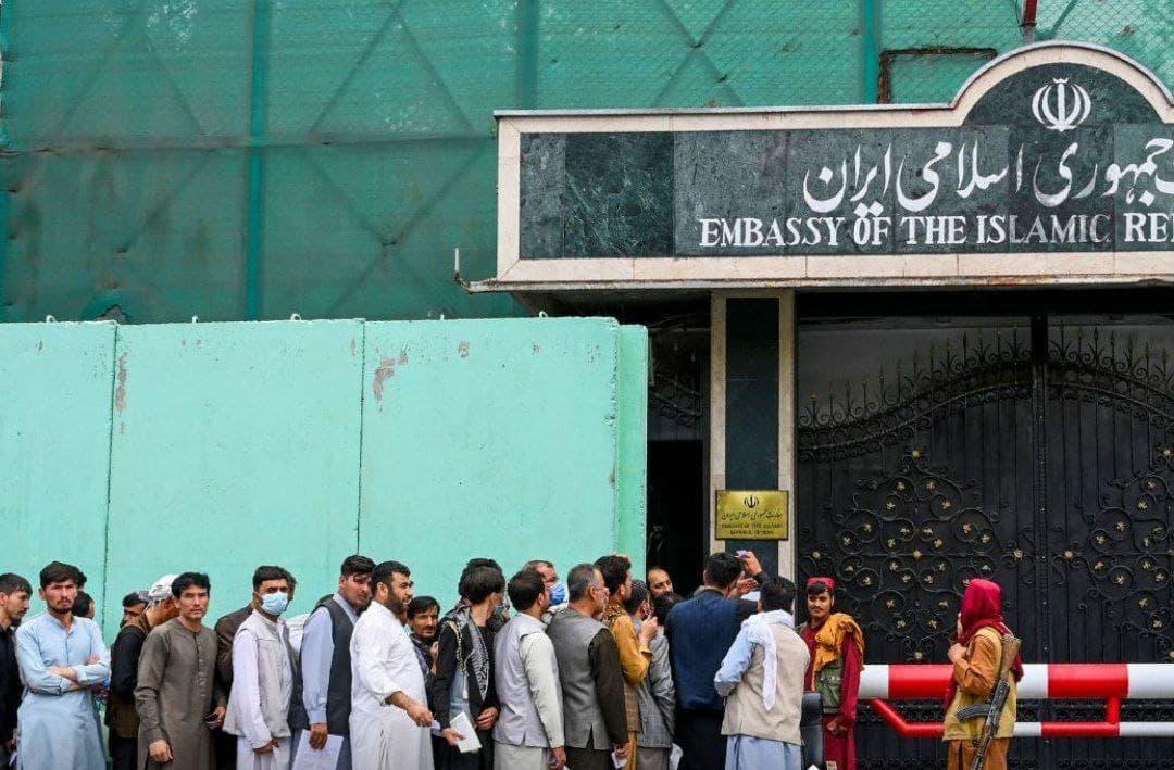تصویری که صبح امروز از کابل منتشر شده، گروهی از متقاضیان ویزا را نشان میدهد که در برابر سفارت ایران در کابل صف کشیدهاند