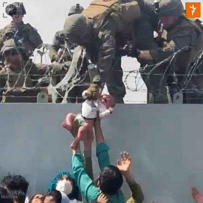 تصویر روز: تصویری تکاندهنده از سپردن یک نوزاد به دست سربازان آمریکایی حاضر در فرودگاه کابل!