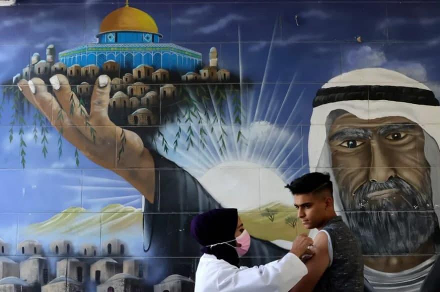 تزریق واکسن فایزر به دانش آموز فلسطینی